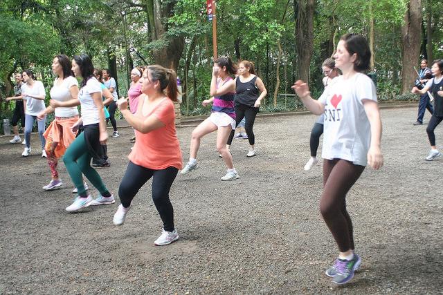 zumba fitness parque 27-09-2014 - 001001100_15187654319_m
